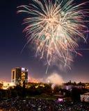 Fjärdedel av Juli berömfyrverkerier över i stadens centrum San Jose arkivbilder