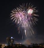 Fjärdedel av Juli berömfyrverkerier över i stadens centrum San Jose royaltyfria foton