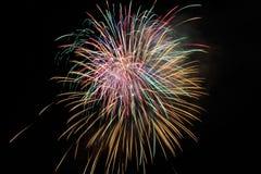 Fjärdedel av Juli fyrverkerier på natten Arkivbild