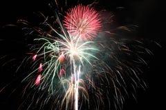 Fjärdedel av Juli fyrverkerier på natten Royaltyfri Bild