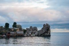 Fjärden med vaggar och fartyget som förtöjer havet i Krimet Royaltyfri Bild