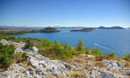 Fjärder och öar i havet, landskap, Kroatien Dalmatia Arkivbild