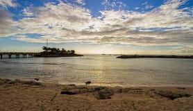 Fjärdsikt från en avskild och fridfull strand på den nordvästliga kusten av Barbados Arkivfoton