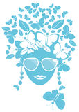 Fjärilar och leaves i henne hår Arkivfoton