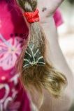 Fjärilsflickasammanträde på håret Royaltyfri Bild