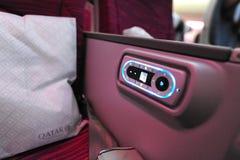 Fjärrkontroll av Qatar Airways Boeing 787-8 Dreamliner det inflight underhållningsystemet (IFE) på Singapore Airsho Arkivbilder