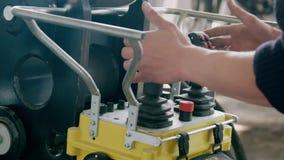 Fjärrkontroll Crane Operator Skott av borgerliga arbeten Konstruktionsutrustning och arbetare stock video
