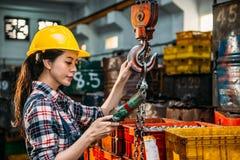 Fjärrkontroll för hjälm för arbetare bärande hållande Arkivfoton