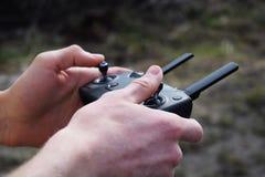 Fjärrkontroll för quadrocopter, närbild Sändare för att kontrollera den rörande apparaten i manliga händer Elektronik hobby, arkivbild