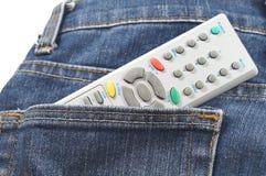 Fjärrkontroll i jeans fack Arkivfoton