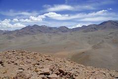 Fjärrkontroll kargt vulkaniskt landskap av den Atacama öknen, Chile Royaltyfria Bilder