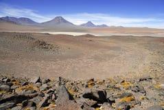 Fjärrkontroll kargt vulkaniskt landskap av den Atacama öknen, Chile Arkivfoton