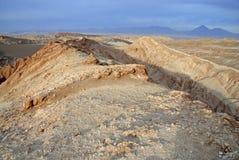 Fjärrkontroll kargt vulkaniskt landskap av Valle de la Luna, i den Atacama öknen, Chile Arkivbild