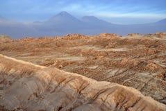 Fjärrkontroll kargt vulkaniskt landskap av Valle de la Luna, i den Atacama öknen, Chile Arkivfoto