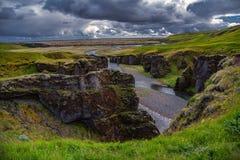 Fjadrargljufur峡谷风景看法在南冰岛夏天 库存照片