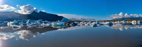Fjallsarlon冰川湖全景在冰岛南部,更加玻璃状的瓦特纳冰原 免版税库存照片