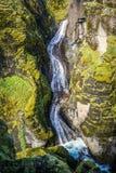 Fjaorargljufurkanjonen, två vattenfall som stiger ned ner moen Arkivfoton