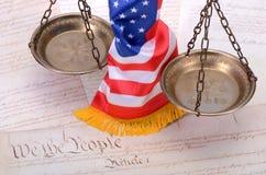 Fjäll av rättvisa, amerikanska flaggan och US-konstitutionen Arkivbild