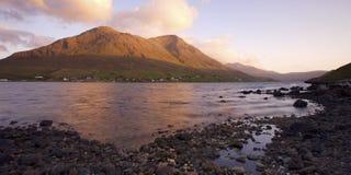 fjord över skotsk soluppgång Arkivbilder