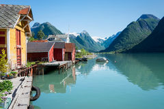 Fjord, berg, sjöbod och reflexion i Norge Fotografering för Bildbyråer