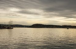 Fjord bij zonsondergang - Oslo, Noorwegen, Europa; humeurig en somber royalty-vrije stock afbeelding