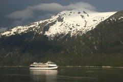 Fjord crusing de bateau de croisière en Alaska à l'intérieur de canalisation Image libre de droits