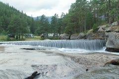 Fjord de montagnes de tourisme d'été de la Norvège photographie stock libre de droits