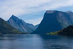 Fjord, Dorf und Berge der schönen Ansicht von Norwegen stockfoto