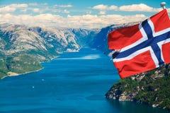Fjord en Norvège avec le drapeau Photos stock