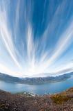 Fjord entouré par de belles montagnes Image stock