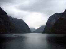 Fjord estreito em Noruega com montanhas e nuvens Fotografia de Stock