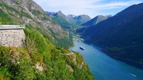 Fjord Geirangerfjord med färjan, Norge royaltyfri fotografi
