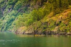 Fjord in het kayaking van Noorwegen en van mensen Royalty-vrije Stock Afbeelding