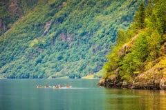 Fjord in het kayaking van Noorwegen en van mensen Stock Afbeeldingen