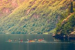 Fjord in het kayaking van Noorwegen en van mensen Royalty-vrije Stock Afbeeldingen