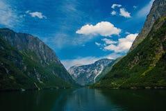 Fjord in Homersfag, het Verenigd Koninkrijk Overzees en bergen op bewolkte blauwe hemel De vakantie van de zomer Ontdek wilde aar stock afbeelding