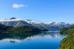 Fjord im Sonnenlicht. lizenzfreies stockbild