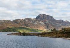 Fjord Maree och Slioch i Wester Ross North West Highlands av Skottland Royaltyfri Fotografi