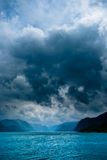 Fjord met donkere wolken Royalty-vrije Stock Afbeeldingen