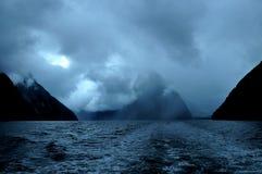 Fjord Milford Sound au coucher du soleil et avec des nuages, île du sud, Nouvelle-Zélande Image stock