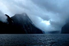 Fjord Milford Sound au coucher du soleil et avec des nuages, île du sud, Nouvelle-Zélande Photographie stock