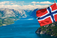 Fjord in Noorwegen met vlag Stock Foto's