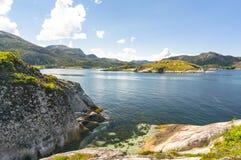 Fjord norvégien pendant l'été Baie colorée, côte de la Norvège Photo libre de droits