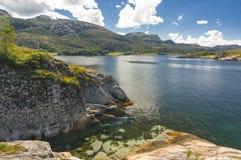 Fjord norvégien pendant l'été Baie colorée, côte de la Norvège Photos stock