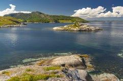 Fjord norvégien pendant l'été Baie colorée, côte de la Norvège Photographie stock libre de droits