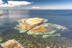 Fjord norvégien pendant l'été Baie colorée, côte de la Norvège Photos libres de droits