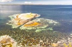 Fjord norvégien pendant l'été Baie colorée, côte de la Norvège Image stock