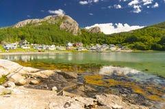 Fjord norvégien pendant l'été Baie colorée, côte de la Norvège Images libres de droits