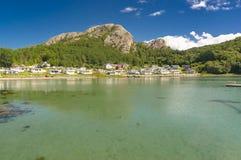 Fjord norvégien pendant l'été Baie colorée, côte de la Norvège Images stock