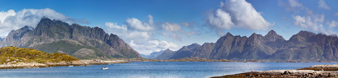 fjord norway Solig sommarlandskappanorama royaltyfria bilder
